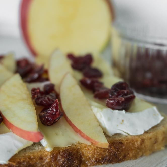 Een toast met brie, appel en gedroogde veenbessen.