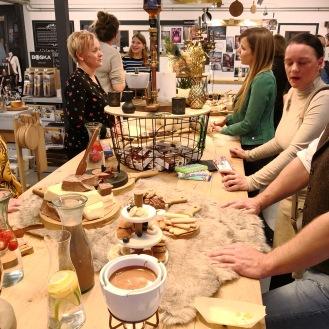 Bij enkele hapjes en drankjes tafelen een groep foodbloggers.
