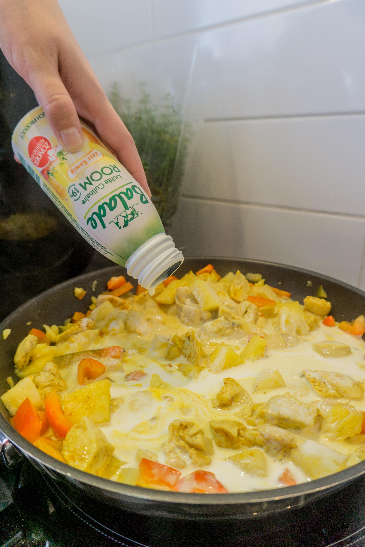 In een pan wordt kip gekookt in room.