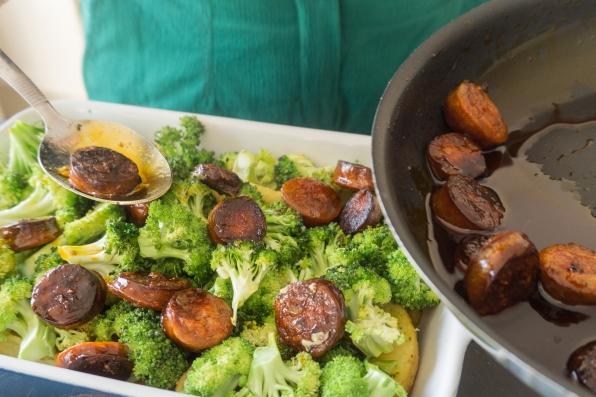 Ovenschotel van broccoli en aardappelen wordt gemengd met chorizo.