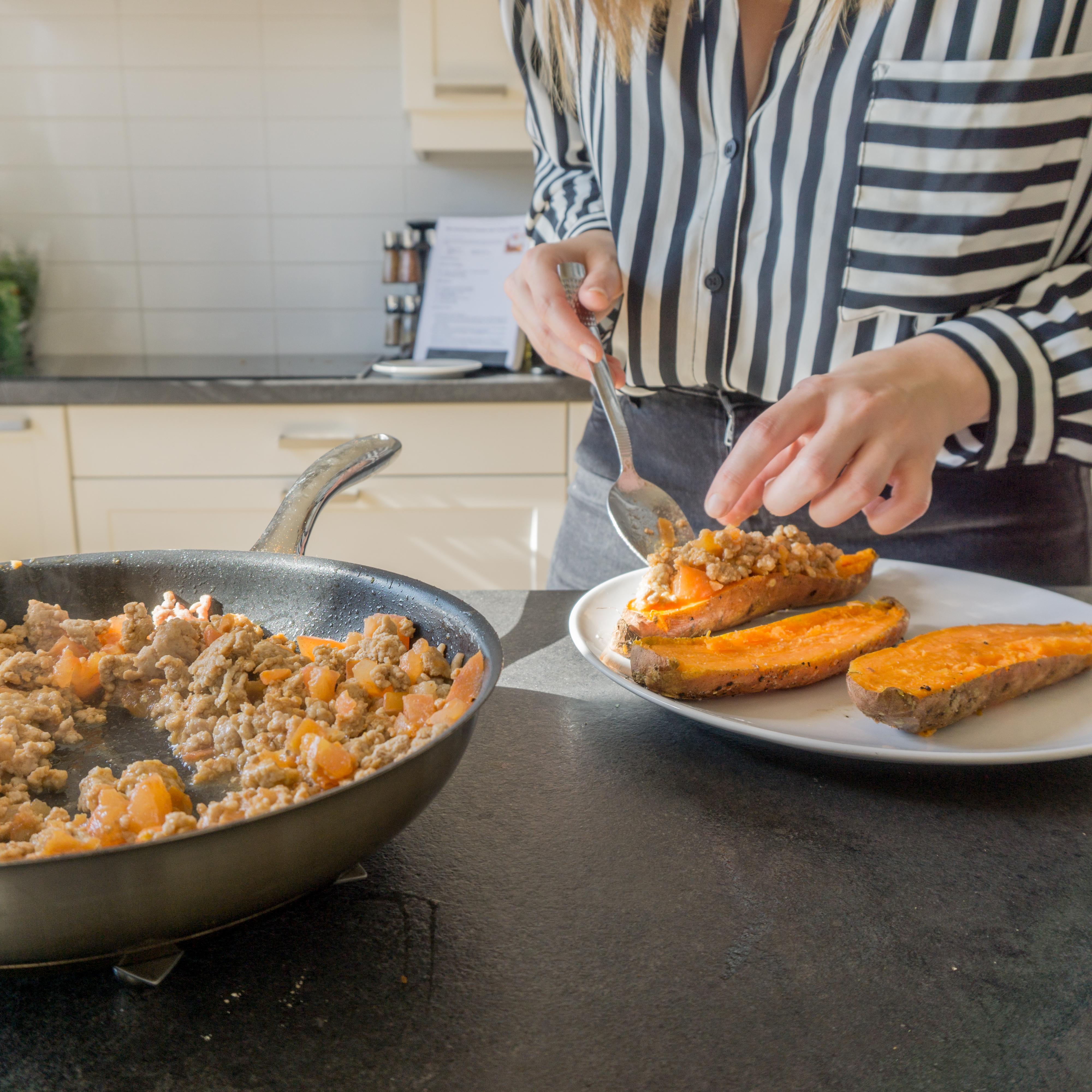 Het gehaktmengsel wordt toegevoegd aan de zoete aardappel.