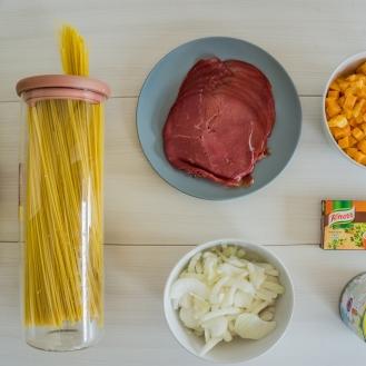 Op tafel vind je alle ingredienten voor spaghetti met pompoen en kikkererwten.