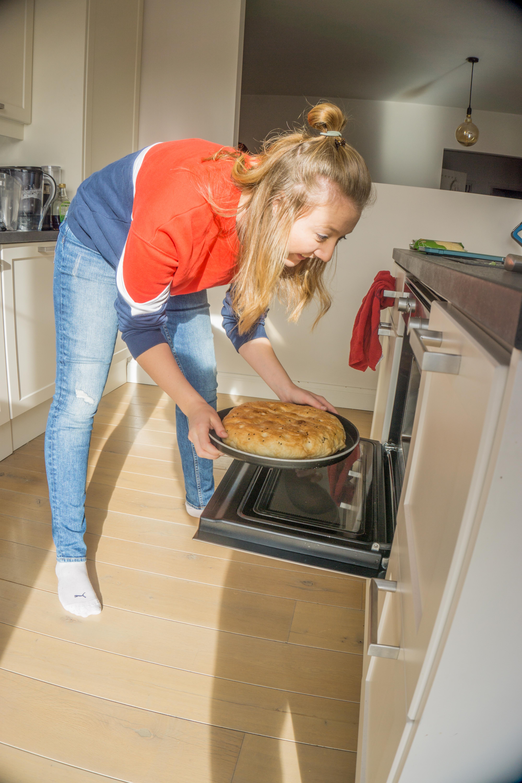 Steek het Turks brood in de oven.