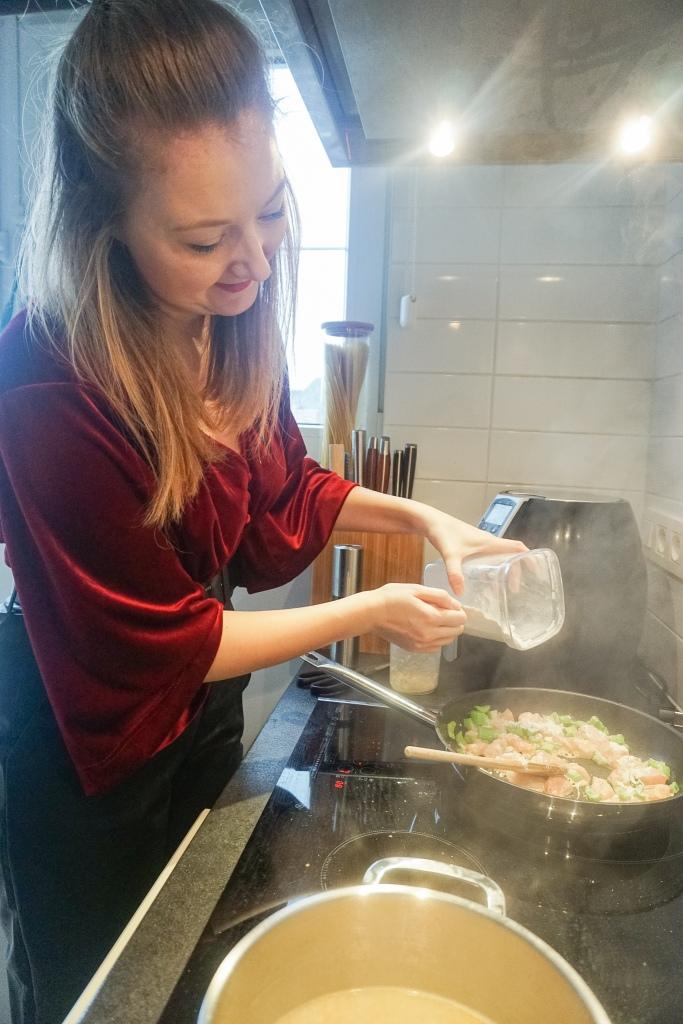 De bouillon wordt toegevoegd aan de risotto