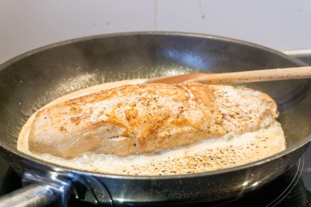 In de pan wordt het varkenshaasje gebakken in mosterdsaus.