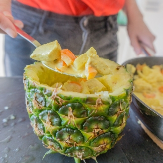 De ananas wordt gevuld met het gerecht kip curry.